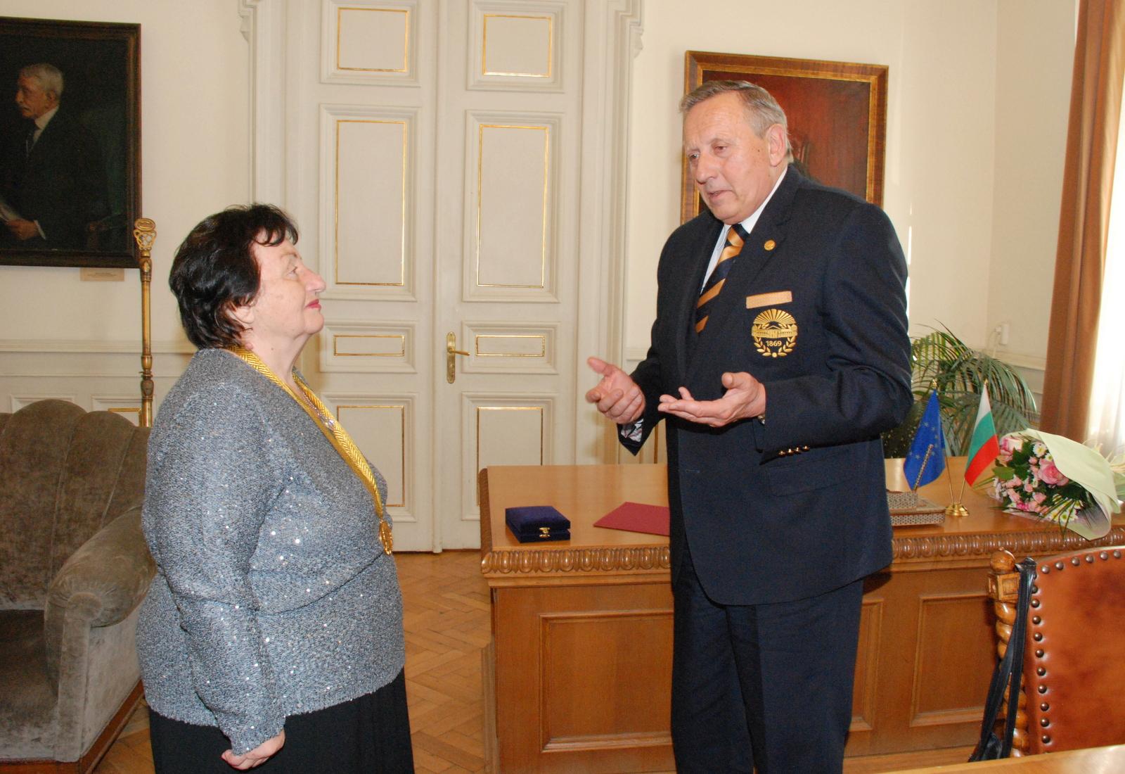 """Чл.-кор. Емилия Пернишка е удостоена с почетен знак """"Марин Дринов"""" на лента"""